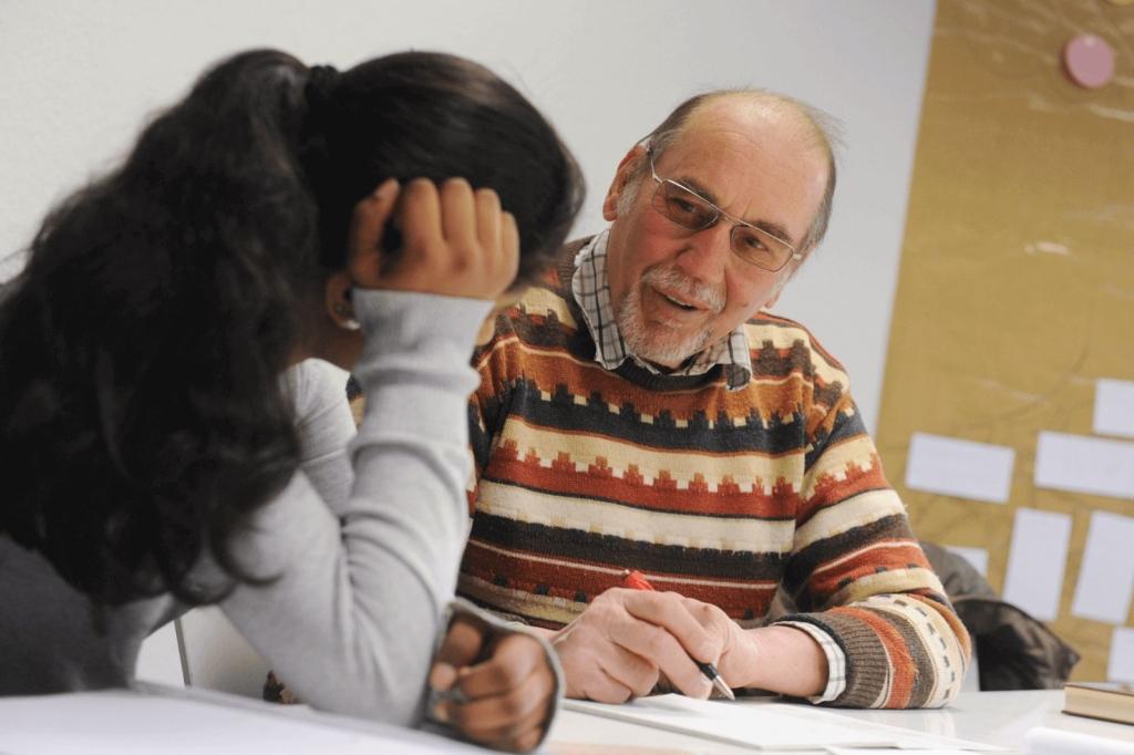 Älterer Herr erklärt einer jungen Frau Dokumente