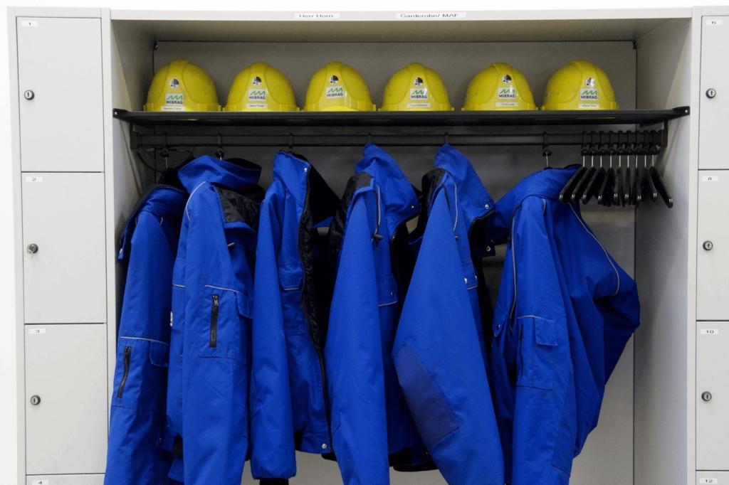 Schrank mit Arbeitschutzkleidung