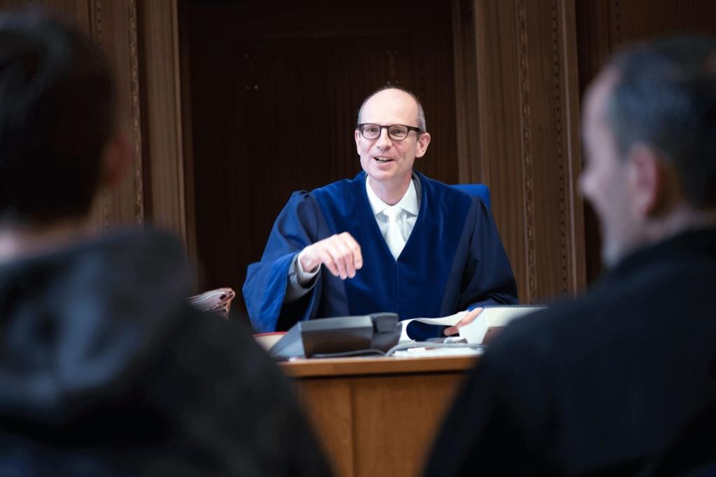 Ein Richter argumentiert im Gerichtssaal