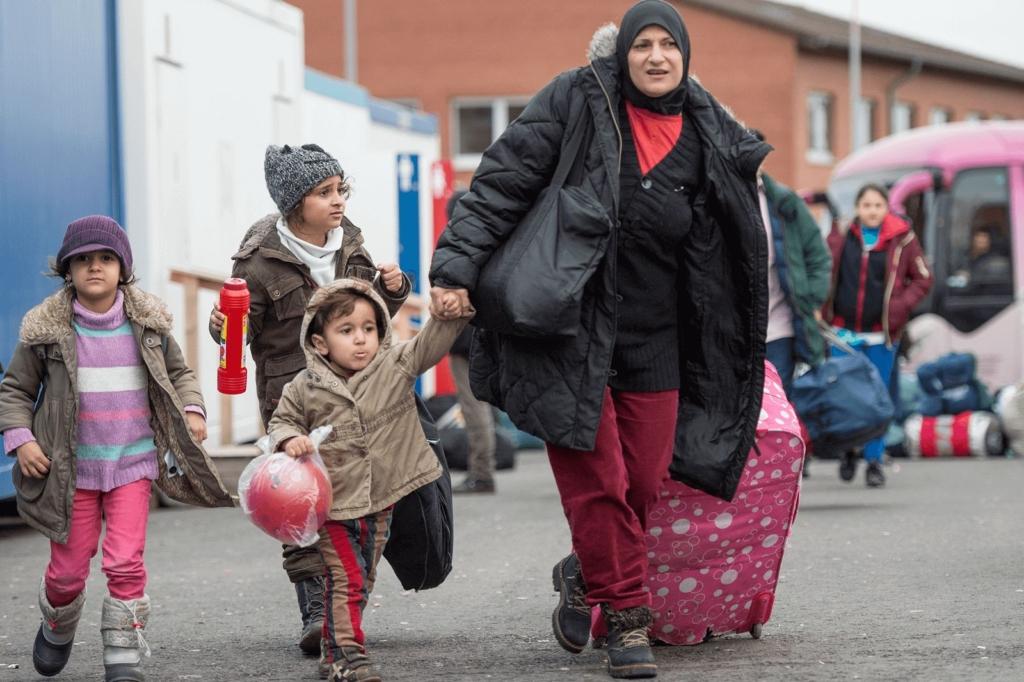 Frau mit Kindern bei der Ankunft in Flüchtlingsunterkunft