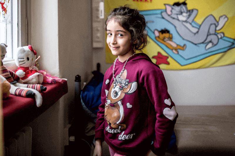 Zeinab (8), die mit ihrem Bruder in der Unterkunft in Berlin Wilmersdorf aufgenommen wurde