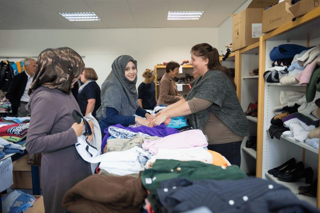 Frauen bei der Kleidungsausgabe