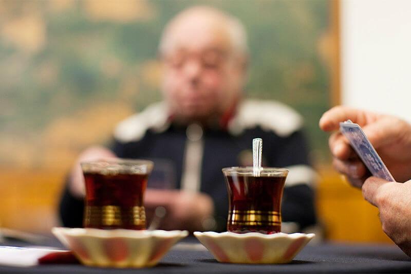 Männer beim Kartenspielen und Tee trinken