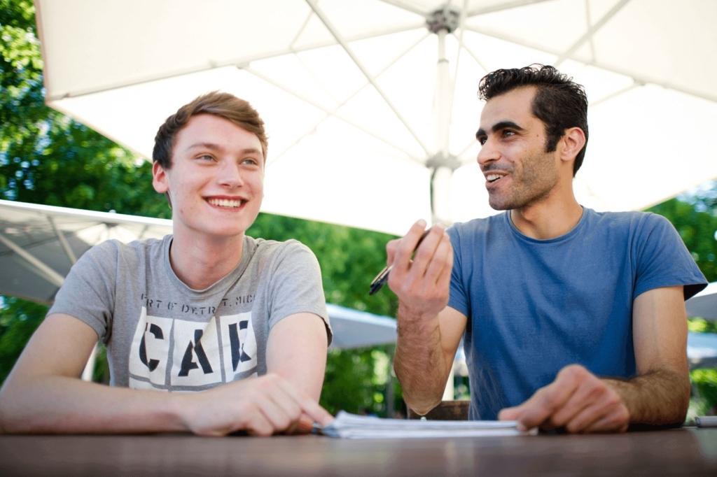 Zwei junge Männer unterhalten sich