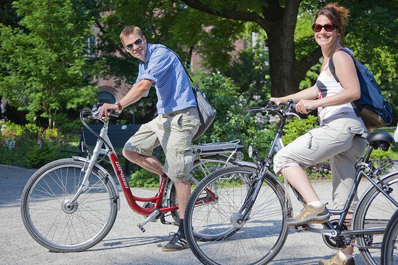 Ein Paar auf Fahrrädern