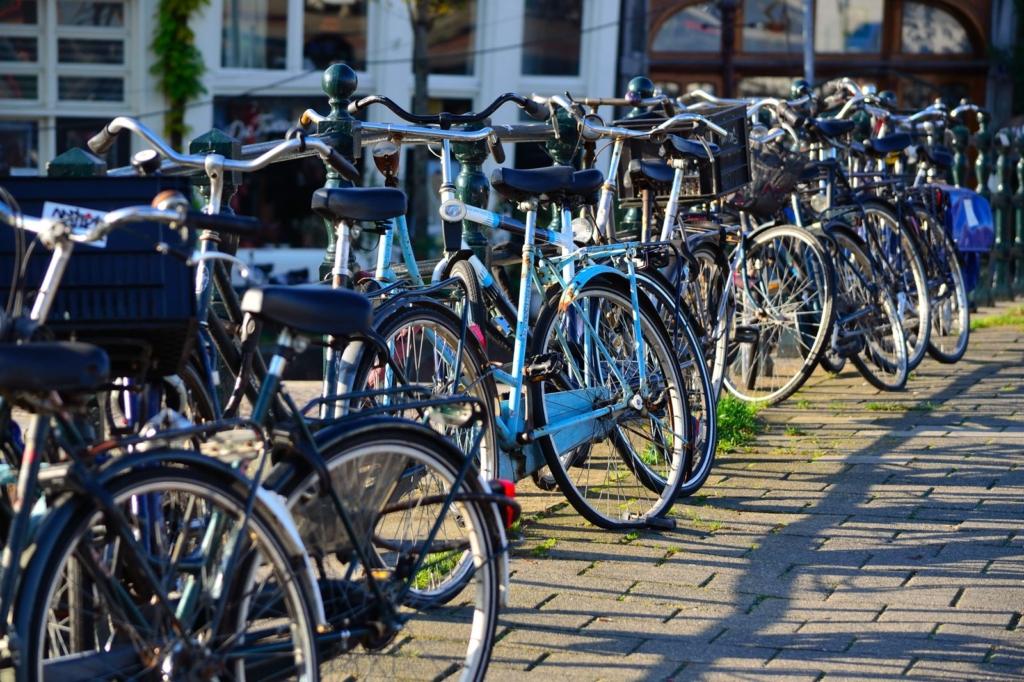 Fahrräder lehnen an einem Geländer