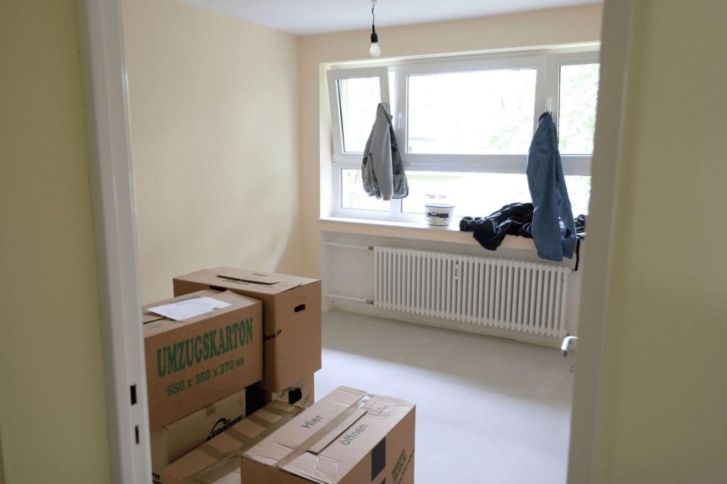 Eine leere Wohnung mit Umzugkartons