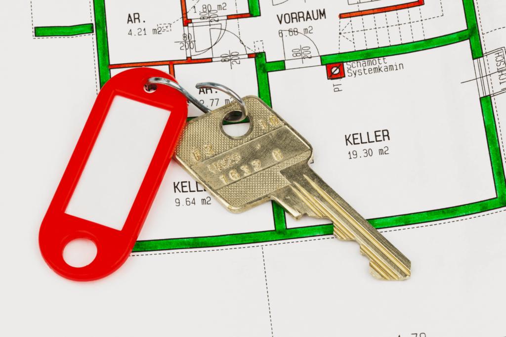 Der Schlüssel und der Grundriss zu einer Wohnung